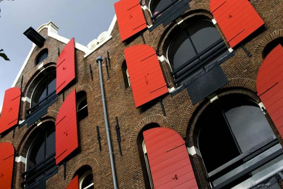 A atmosfera burguesa das casas de tijolos expostos, avenidas arborizadas e inúmeras pontes dão a Amsterdã um clima romântico