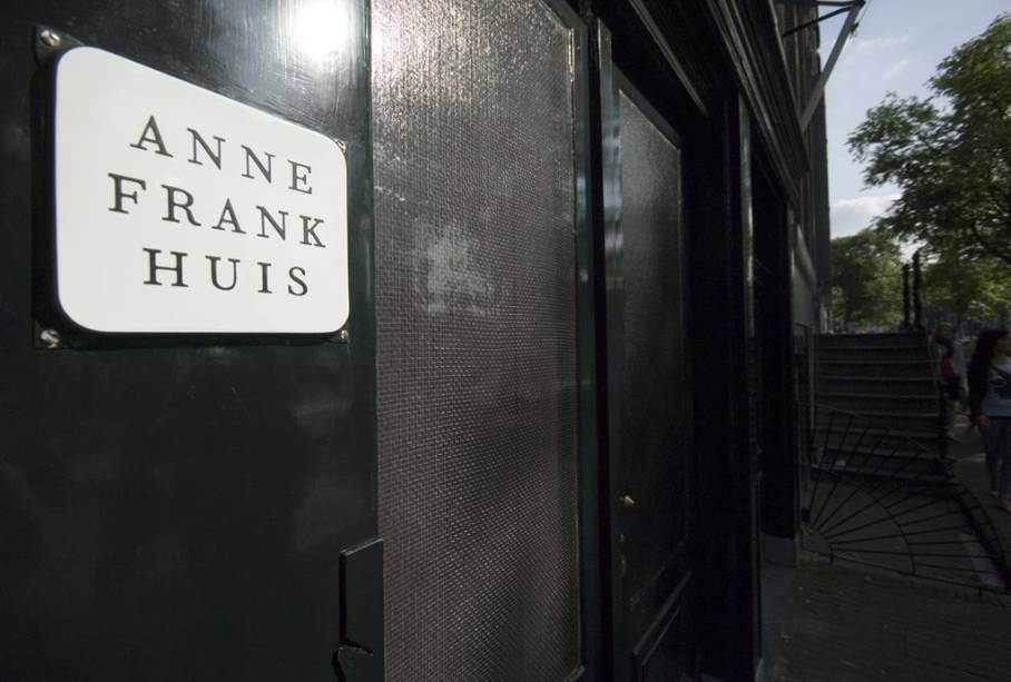"""UMA""""http://viajeaqui.abril.com.br/estabelecimentos/holanda-amsterda-atracao-casa-de-anne-frank"""" rel =""""Casa onde a família de Anne Frank se escondeu dos nazistas"""" Objetivo =""""_vazio""""> A casa onde a família de Anne Frank se escondeu dos nazistas durante a Segunda Guerra Mundial é agora um museu em Amsterdã"""" class=""""lazyload"""" data-pin-nopin=""""true""""/></div> <p class="""