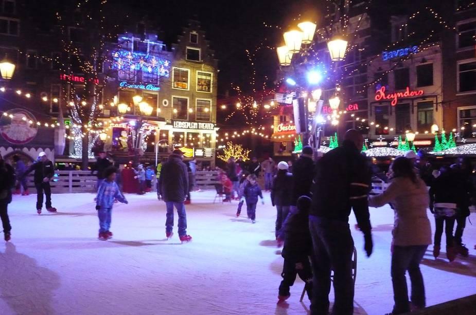 Outro local que vira pista de patinação no gelo no inverno é a Leidseplein, um dos locais da cidade que abriga cinemas, baladas, teatros e um cassino.