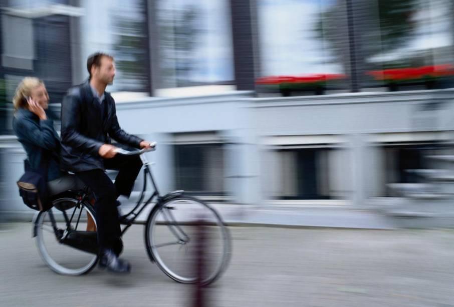 Amsterdã é plana e tem ciclovias por toda parte e sinais e semáforos exclusivos para bicicletas