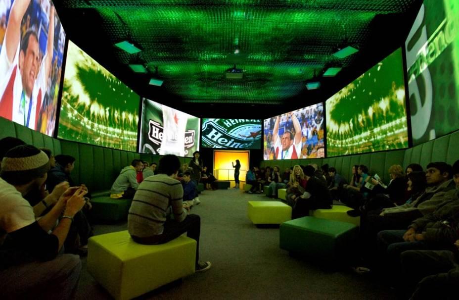 """PARA""""http://viajeaqui.abril.com.br/estabelecimentos/holanda-amsterda-atracao-heineken-experience"""" rel =""""Experiência Heineken"""" Objetivo =""""_vazio""""> Heineken Experience, o visitante pode vivenciar parte do processo de fermentação, assistir a comerciais de TV e, ao final, provar a bebida"""" class=""""lazyload"""" data-pin-nopin=""""true""""/></div> <p class="""