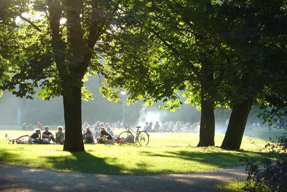 """Um dos poucos espaços verdes em Amsterdã que""""http://viajeaqui.abril.com.br/estabelecimentos/holanda-amsterda-atracao-vondelpark"""" rel =""""Vondelpark"""" Alvo =""""_vazio""""> O Vondelpark reúne um público muito diversificado: mulheres, famílias, imigrantes e jovens"""" class=""""lazyload"""" data-pin-nopin=""""true""""/></div> <p class="""
