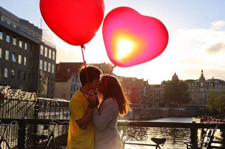 Casal na cena romântica do Amstel em Amsterdã