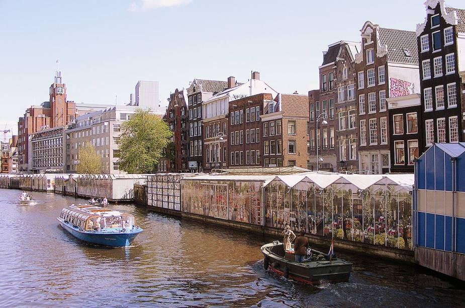 """Além das flores típicas holandesas, o""""http://viajeaqui.abril.com.br/estabelecimentos/holanda-amsterda-atracao-mercado-de-flores"""" rel =""""Mercado de flores"""" Objetivo =""""_vazio""""> O mercado de flores também vende lembranças aos turistas, como os famosos tamancos holandeses"""" class=""""lazyload"""" data-pin-nopin=""""true""""/></div> <p class="""