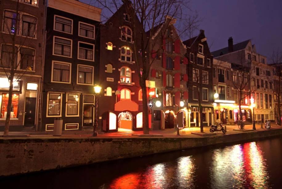 No distrito da luz vermelha de Amsterdã, os turistas podem ver garotas de programa nas vitrines das lojas
