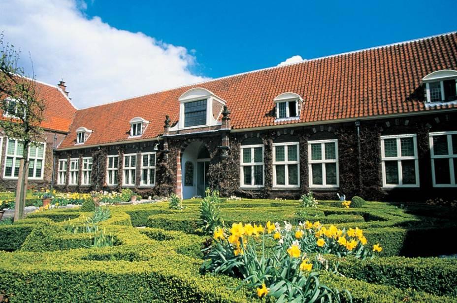 """OU""""http://viajeaqui.abril.com.br/estabelecimentos/holanda-amsterda-atracao-museu-frans-hals-em-haarlem"""" rel =""""Museu Frans Hals"""" Objetivo =""""_vazio""""> O Museu Frans Hals contém muitas obras do pintor de mesmo nome e de outros artistas dos séculos 16 e 17, quando Haarlem, a apenas 20 quilômetros de Amsterdã, era uma cidade próspera e um centro de cultura e arte"""" class=""""lazyload"""" data-pin-nopin=""""true""""/></div> <p class="""