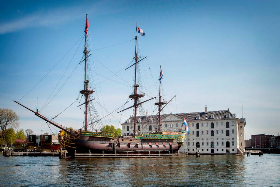 """OU""""http://viajeaqui.abril.com.br/estabelecimentos/holanda-amsterda-atracao-museu-maritimo"""" rel =""""Museu Marítimo de Amsterdã"""" Objetivo =""""_vazio""""> O Museu Marítimo de Amsterdã está localizado no antigo quartel-general da Marinha Holandesa.  Ao lado do museu está uma réplica de um navio da Companhia Holandesa das Índias Ocidentais"""" class=""""lazyload"""" data-pin-nopin=""""true""""/></div> <p class="""