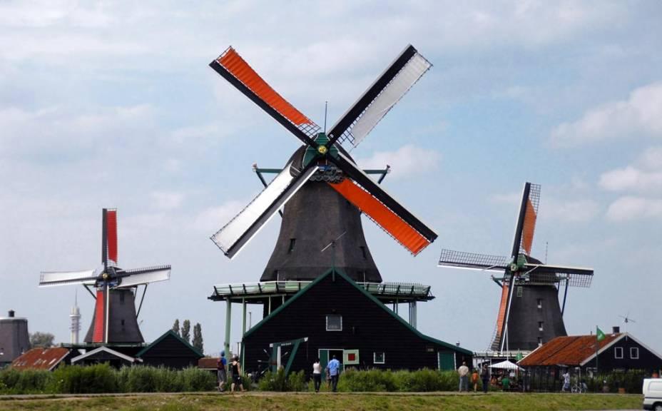 """Moinhos de vento""""http://viajeaqui.abril.com.br/estabelecimentos/holanda-amsterda-atracao-zaanse-schans-e-volendam"""" rel =""""Zaanse Schans"""" Objetivo =""""_vazio""""> Zaanse Schans é a principal atração da pequena vila nos arredores de Amsterdã"""" class=""""lazyload"""" data-pin-nopin=""""true""""/></div> <p class="""