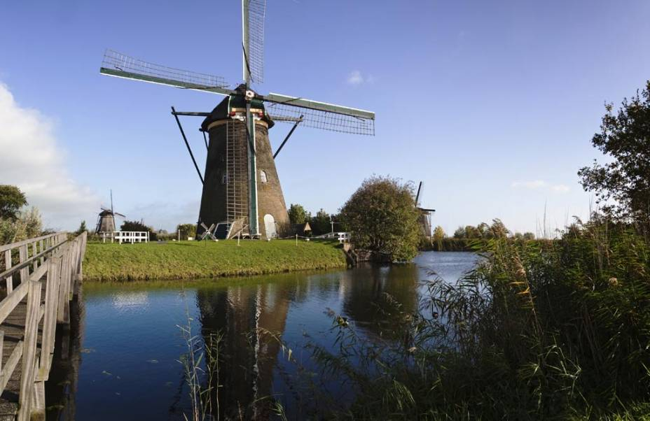 """Moinhos de vento""""http://viajeaqui.abril.com.br/estabelecimentos/holanda-amsterda-atracao-moinhos-em-kinderdijk"""" rel =""""Kinderdijk"""" Objetivo =""""_vazio""""> Kinderdijk, a 95 quilômetros de Amsterdã, cuja função principal e fundamental é bombear água de represas e canais, é hoje Patrimônio da Humanidade"""" class=""""lazyload"""" data-pin-nopin=""""true""""/></div> <p class="""