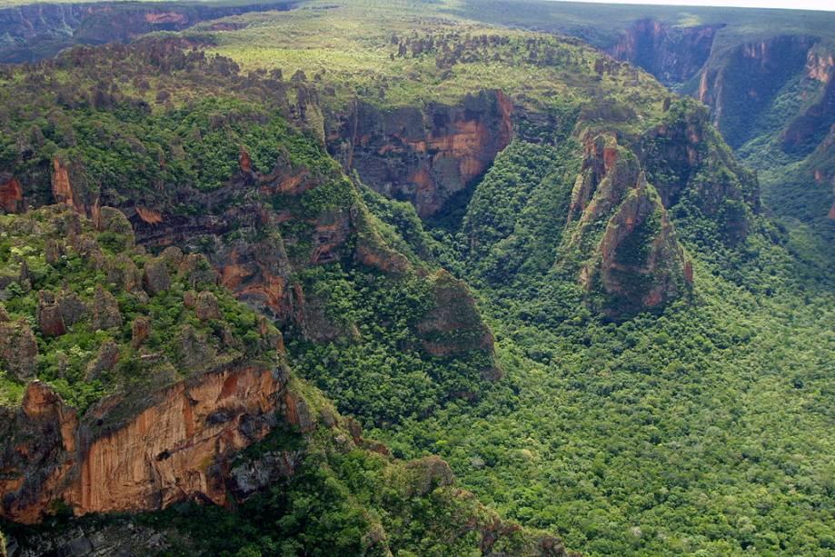O Parque Nacional da Chapada dos Guimarães é uma das principais atrações do Cerrado brasileiro com suas enormes formações rochosas, mirantes e cachoeiras