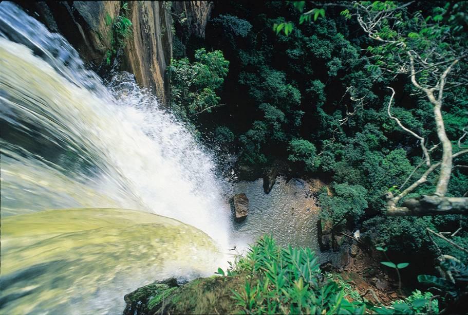 Cachoeira Véu de Noiva.  A melhor época para visitar o Parque Nacional da Chapada dos Guimarães é no verão para nadar com mais facilidade nas cachoeiras