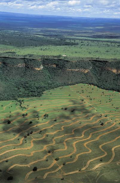 Vista aérea do Parque Nacional da Chapada dos Guimarães, repleto de formações rochosas e cachoeiras