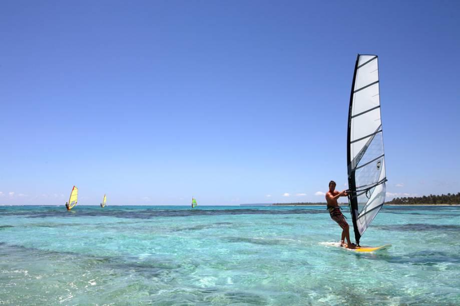 Paraíso para os entusiastas de esportes aquáticos, como windsurf, kitesurf e parapente deslizando no mar transparente