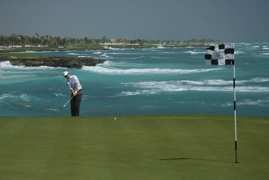 A região concentra campos de golfe com excelente infraestrutura, que são palco de campeonatos internacionais.  Com um detalhe: você pode tirar suas fotos com vista para o Mar do Caribe