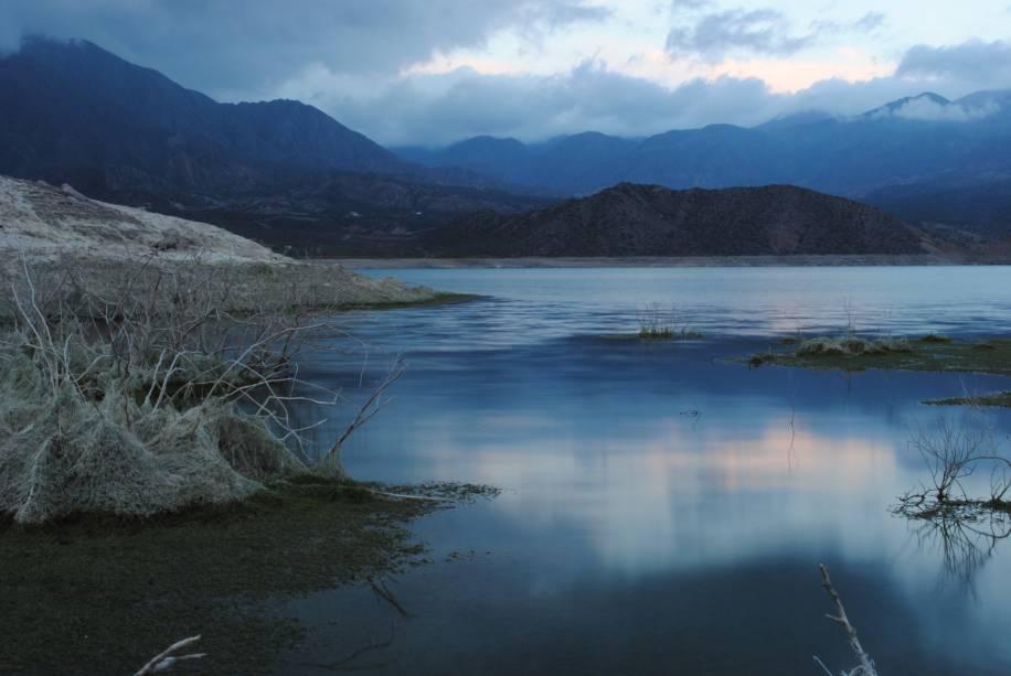 O Lago Potrerillos está localizado a 79 km de Mendoza, próximo à Cordilheira dos Andes.  14 km de beleza impressionante