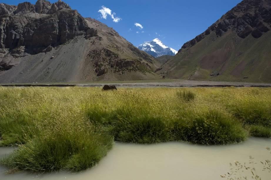 """Chegar ao pico nevado só é possível para alguns, mas no continente, no Parque Provincial Aconcágua, é possível avistar a """"Sentinela de Pedra""""."""