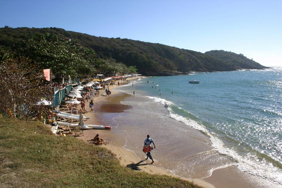 """O mar de""""http://viajeaqui.abril.com.br/estabelecimentos/br-rj-buzios-atracao-brava/"""" rel =""""Praia brava"""" Objetivo =""""_vazio""""> Praia Brava com água fria e ondas agitadas é a preferida dos surfistas"""" class=""""lazyload"""" data-pin-nopin=""""true""""/></div> <p class="""