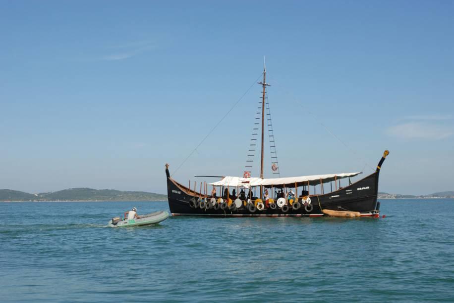 O passeio de catamarã segue o mesmo roteiro da escuna e atravessa as praias de Armação, Azeda, João Fernandes, dos Amores e as ilhas de Branca e Feia