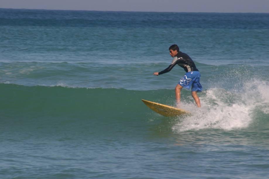 """O mais popular da região,""""http://viajeaqui.abril.com.br/estabelecimentos/br-rj-buzios-atracao-de-geriba"""" rel =""""Praia de geribá"""" Objetivo =""""_vazio""""> A Praia de Geribá é aberta a todos os espectadores.  A areia firme é boa para caminhadas, o mar agitado é popular entre os surfistas, mas as ondas quebram menos bem em águas rasas, o que é bom para as crianças"""" class=""""lazyload"""" data-pin-nopin=""""true""""/></div> <p class="""