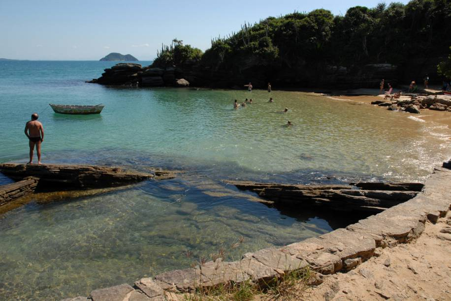 """Uma das atrações de""""http://viajeaqui.abril.com.br/estabelecimentos/br-rj-buzios-atracao-azedinha"""" rel =""""Praia da azedinha"""" Objetivo =""""_vazio""""> Praia Azedinha são os barcos adaptados que funcionam como bares e as piscinas naturais formadas pelas pedras nos cantos"""" class=""""lazyload"""" data-pin-nopin=""""true""""/></div> <p class="""