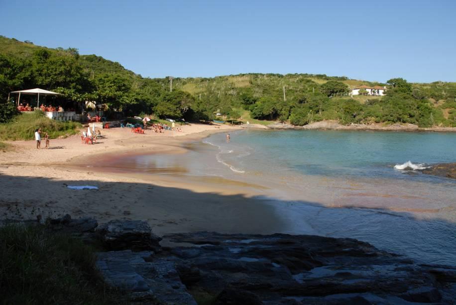 """Ladeado por penhascos de pedra que""""http://viajeaqui.abril.com.br/estabelecimentos/br-rj-buzios-atracao-brava/"""" rel =""""Praia brava"""" Objetivo =""""_vazio""""> A praia Brava é dividida em duas partes por uma formação rochosa que pode ser percorrida a pé mesmo na maré alta"""" class=""""lazyload"""" data-pin-nopin=""""true""""/></div> <p class="""