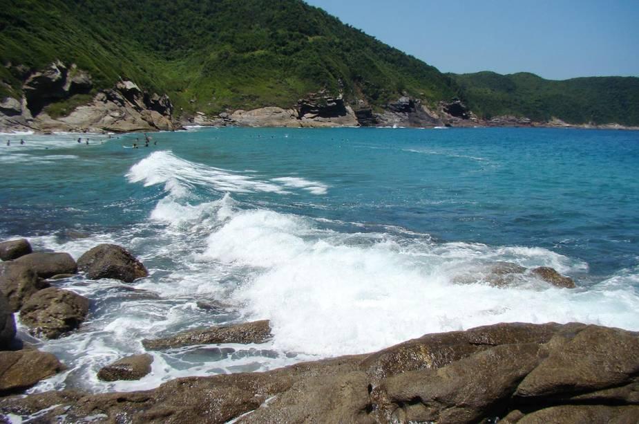 """Cercada por rochas, falésias, morros e matas nativas, oferece""""http://viajeaqui.abril.com.br/estabelecimentos/br-rj-buzios-atracao-jose-goncalves"""" rel =""""Praia José Gonçalves"""" Objetivo =""""_vazio""""> Praia de José Gonçalves tem areia fina e negra e ondas que atraem surfistas"""" class=""""lazyload"""" data-pin-nopin=""""true""""/></div> <p class="""