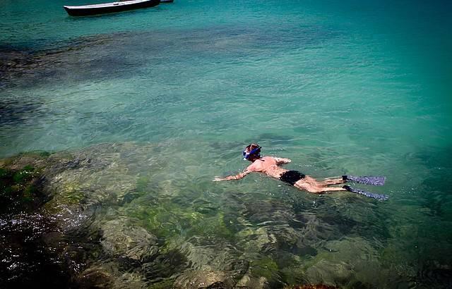 """Ao custo de""""http://viajeaqui.abril.com.br/cidades/br-rj-buzios"""" rel =""""Búzios (RJ)"""" Objetivo =""""_vazio""""> Búzios (RJ) é rica em vida marinha e as águas têm excelente visibilidade para o""""http://viajeaqui.abril.com.br/estabelecimentos/br-rj-buzios-atracao-mergulho"""" rel =""""mergulho"""" Objetivo =""""_vazio""""> Mergulho: em média 10 metros (chega a 15 metros no verão)"""" class=""""lazyload"""" data-pin-nopin=""""true""""/></div> <p class="""