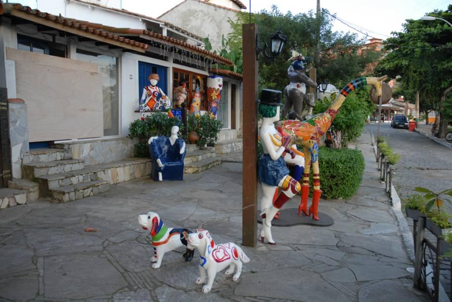 """As esculturas em papel maché da artista Ivone R. já se tornaram ícones da cidade.""""http://viajeaqui.abril.com.br/estabelecimentos/br-rj-buzios-atracao-ivone-r"""" rel =""""Estudar"""" Objetivo =""""_vazio""""> O estudo está no final da Orla Bardot"""" class=""""lazyload"""" data-pin-nopin=""""true""""/></div> <p class="""