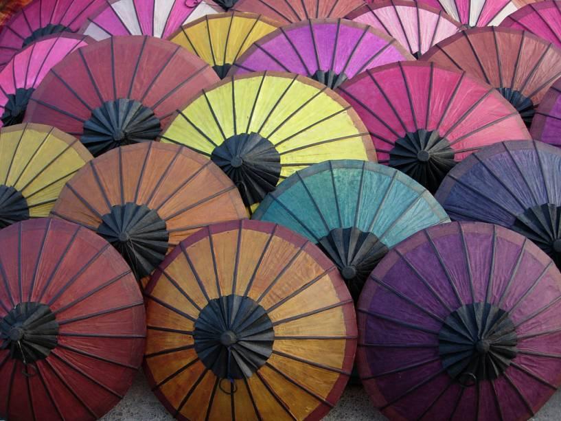 Guarda-chuvas no mercado de Luang Prabang