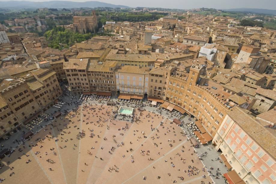 Vista aérea da medieval Piazza del Campo em Siena, onde acontece a corrida de cavalos mais antiga do mundo, o Palio