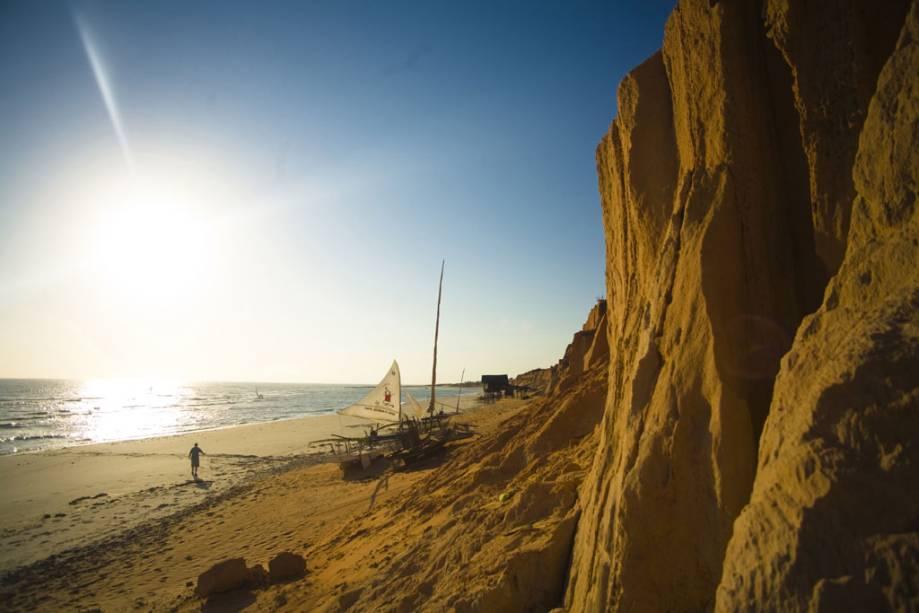 Pôr do sol e falésia da praia de Canoa Quebrada.