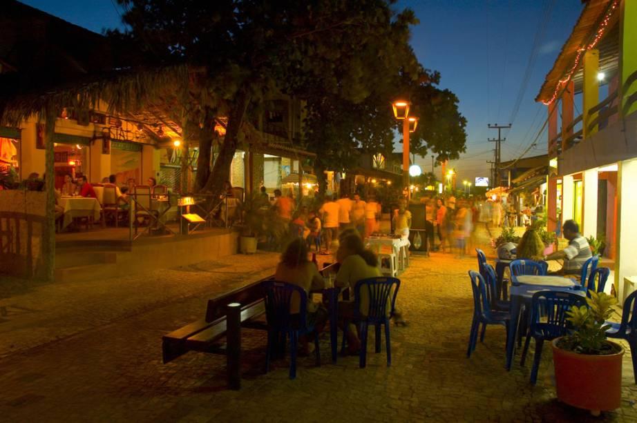 Vida noturna na Rua da Broadway, vila de Canoa Quebrada, no Costa Sol Nascente.