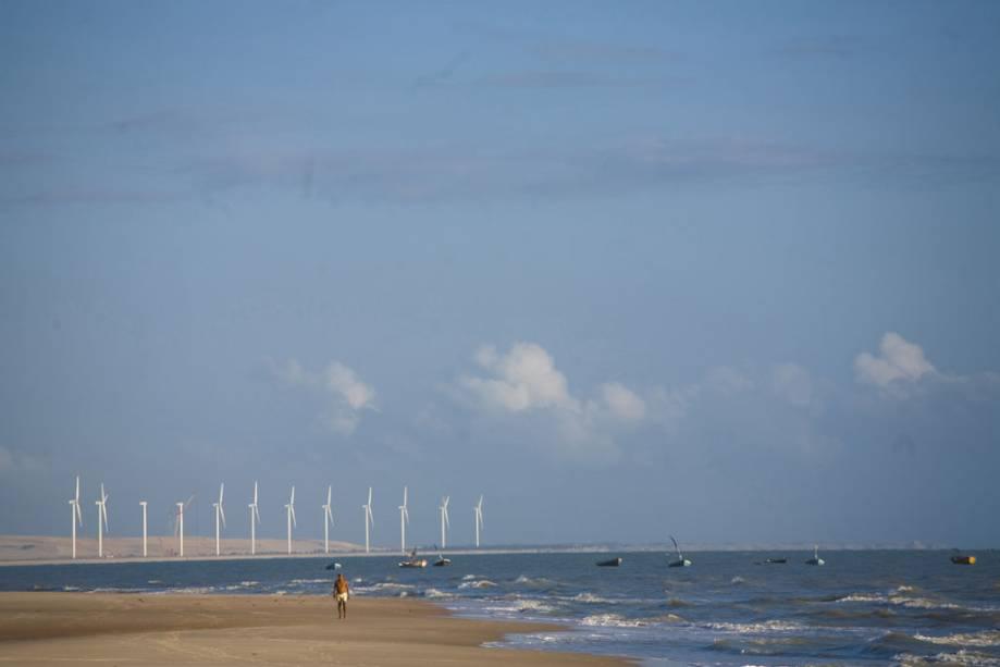 Energia eólica na praia de Canoa Quebrada.