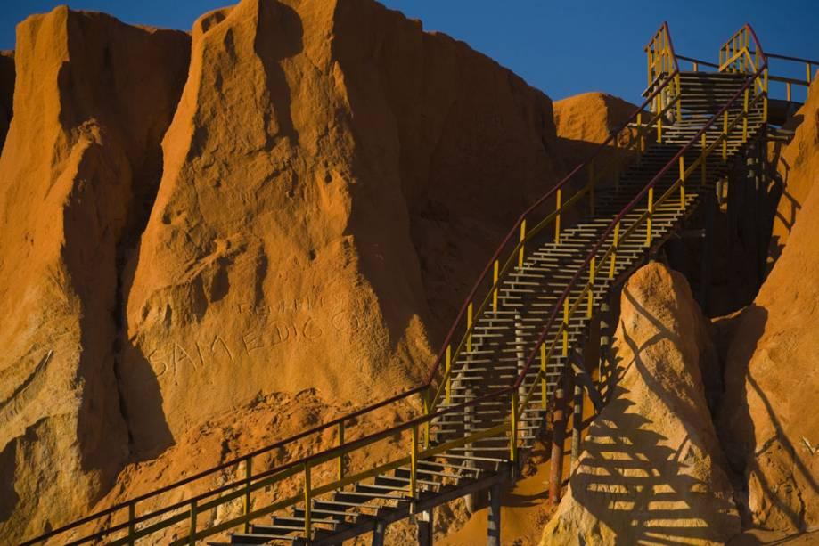 Escada para a praia na falésia de Canoa Quebrada.