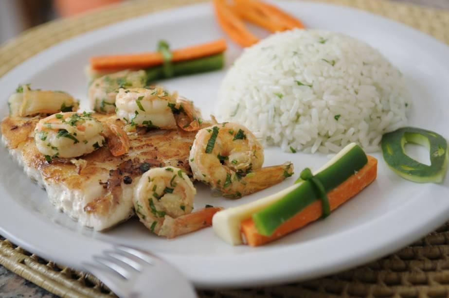 """""""Robalo com camarão, ervas e vegetais"""", Pátio do restaurante Resort Village Long Beach na Vila de Canoa Quebrada."""