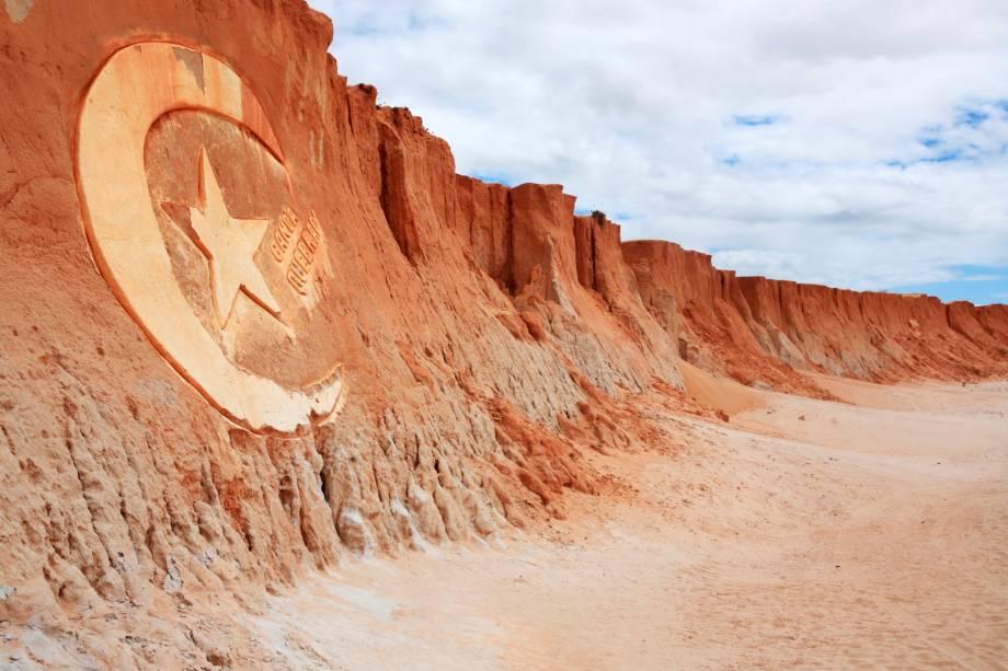 Canoa Quebrada (Ceará) Canoa Quebrada está localizada a 182 quilômetros de Fortaleza e é conhecida por suas famosas falésias, que são formadas pela ação do vento e têm uma cor avermelhada de até 30 metros de altura.