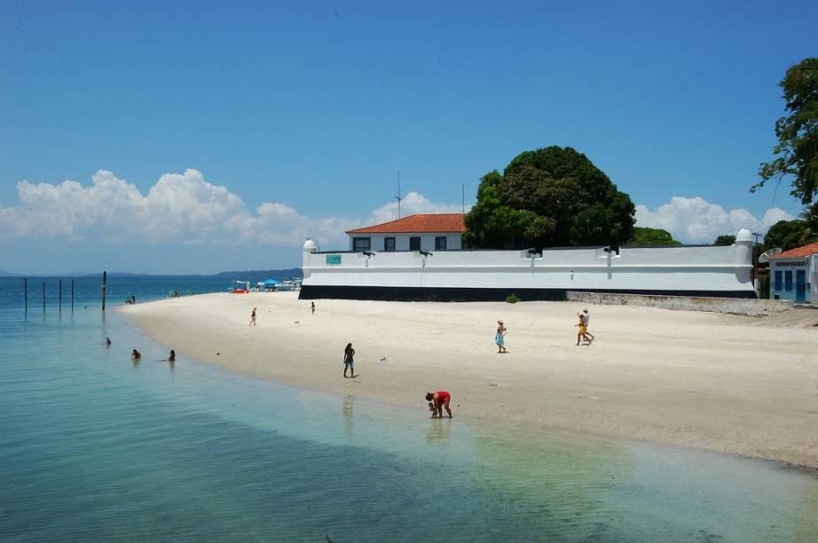 A Praia do Forte não é muito usada para banho e abriga o forte de São Lourenço e o centro histórico com a fonte da Bica e o mercado público