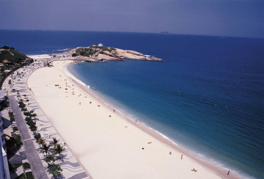 A ilha de Itaparica, a maior da baía de Todos os Santos, abriga os municípios de Itaparica com algumas construções coloniais e Vera Cruz com as praias mais visitadas.