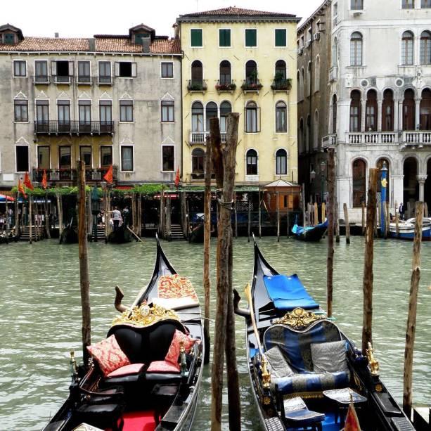 Os passeios de gôndola pelos canais de Veneza são uma atração clássica e romântica e podem ser feitos de diferentes pontos da cidade