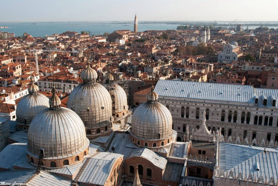 Cúpulas de San Marco que dominam o horizonte de Veneza