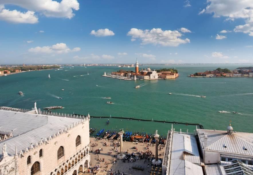 Vista geral da lagoa veneziana.  Em primeiro plano a praça com as colunas de São Teodoro e  São Marcos além do Palácio Ducal.  À distância, as ilhas de San Giorgio Maggiore e Giudecca