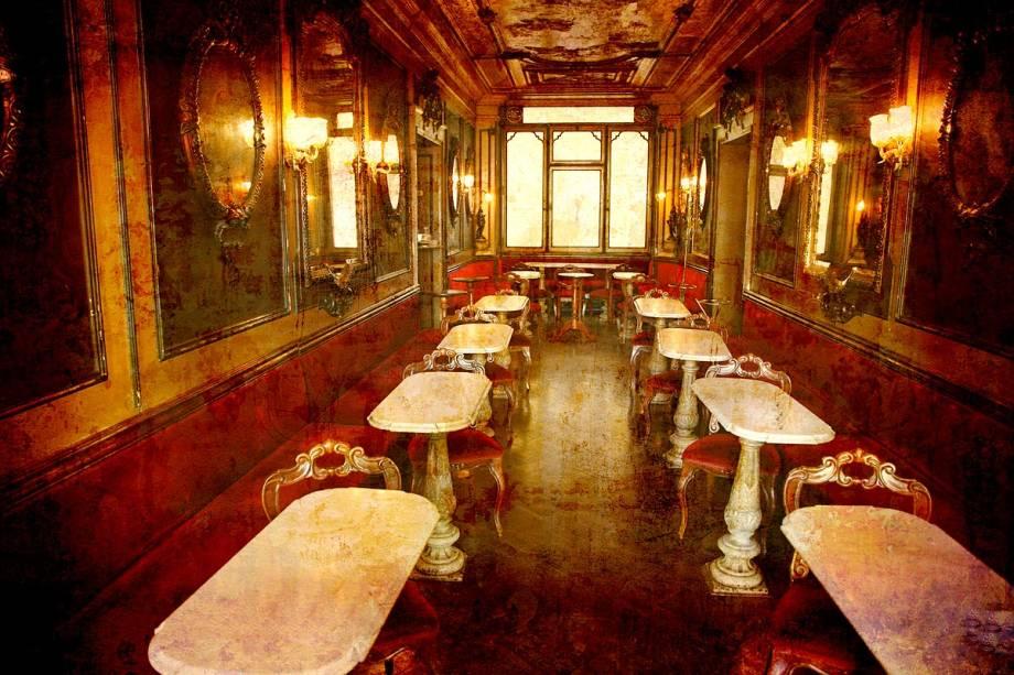 Interior do Caffè Florian, que funciona na Piazza San Marco - uma das praças mais famosas da Itália e a mais importante da cidade - desde 1720
