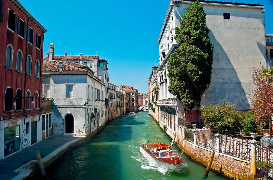 A charmosa Veneza é um destino de lua de mel para casais apaixonados que desejam dar um passeio de gôndola ao pôr do sol