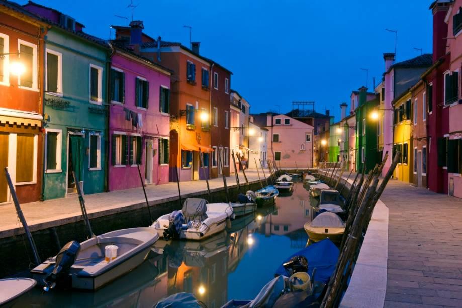 Casas coloridas na ilha de Burano em Veneza