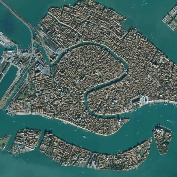 Vista aérea de Veneza com suas vilas construídas em pequenos terrenos entre canais encantadores