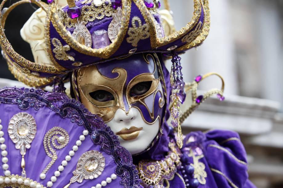 A tradição do carnaval de Veneza remonta ao seu auge no século XVIII.  Os trajes não combinam exatamente com a nossa ideia de festa - são pesados, de veludo - mas é impossível visitar a cidade e não quero trazer uma de suas fabulosas máscaras comigo.