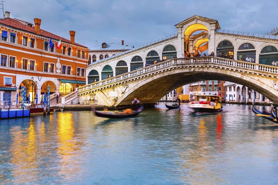 Veneza é formada por nada menos que 118 ilhas e 400 pontes e cria uma das mais belas arquiteturas do mundo.  Ele apareceu por volta do século 6 durante as invasões bárbaras.  Com seus canais estreitos cheios de gôndolas e barcos, praças e igrejas, Veneza se tornou praticamente um museu a céu aberto