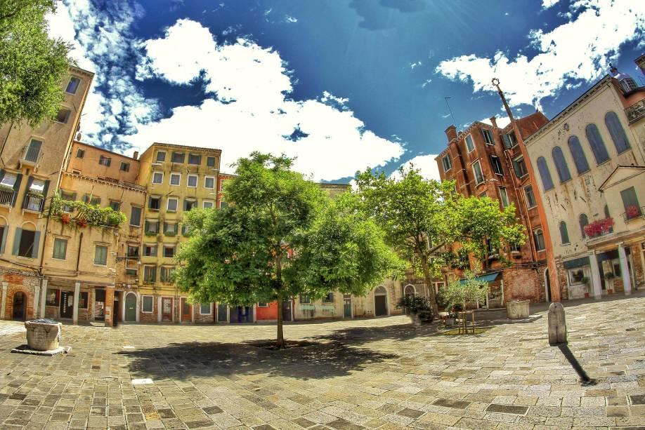 O gueto ao norte da cidade é um dos bairros judeus mais antigos da Europa - sua ocupação data do século XIV;  Lá você pode visitar o Campo del Ghetto Nuovo, o Museu Judaico, bem como livrarias e cemitérios judaicos