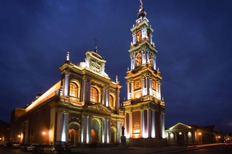 Fachada e torre sineira da igreja de São Francisco em Salta