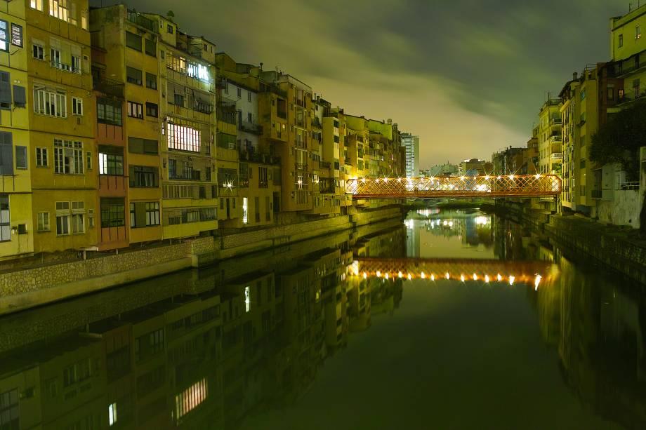 As margens do rio Onyar à noite